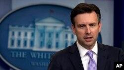 조시 어니스트 미 백악관 대변인이 19일 정례브리핑에서 기자들의 질문에 답하고 있다.