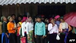 Có khoảng 170.000 người Hmong sinh sống tại Ðiện Biên, chiếm khoảng 35% dân số trong vùng