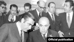 خداداد فرمانفرماییان(نفر سمت چپ) در کنار امیرعباس هویدا، از نخست وزیران حکومت پهلوی