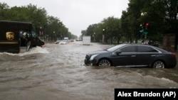 Obilna kiša uzrokovala je poplave na ulicama u Vašingtonu