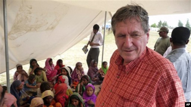 The late U.S. special envoy to Afghanistan and Pakistan Richard Holbrooke visits Pakistani children who survived floods and live in a camp in southern Sindh province, Pakistan, September, 2010.