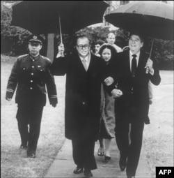 1984年10月1日在白宫会见后,在雨中,美国总统罗纳德·里根和中国总理赵紫阳挽着臂膀,送赵紫阳走向他的汽车。