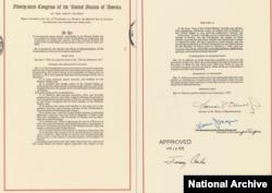 《台湾关系法》原件第一页和最后一页的复印。(图片来源:美国国家档案馆)