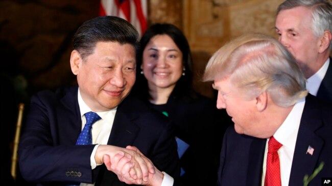 Tổng thống Hoa Kỳ Donald Trump bắt tay Chủ tịch Trung Quốc Tập Cận Bình (bên trái) tại Khu nghĩ dưỡng Mar-a-Lago, Palm Beach, Florida, 6/4/2017.