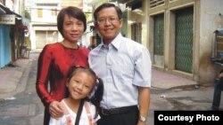Ông Hoàng và vợ, con.