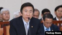 10일 오전 한국 국회에서 열린 외교통일위원회 전체회의에서 북한 미사일 발사 가능성에 대한 의원들의 질의에 답변하고 있는 윤병세 한국 외교부 장관.