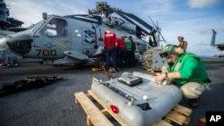 11月13日華盛頓號航母上的水兵拆除海鷹直升機上的設備