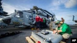 Američki vojnici pripremaju opremu i helikoptere na palubi nosača aviona Džordž Vašington