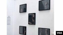 Công trình khiến tôi chú ý là bộ năm bức ảnh với chủ đề 'Thai nghén ở Goldsmiths' của nữ sinh theo học ngành tâm lý trị liệu qua nghệ thuật, Katherine Foster. (Hình: Hùng Nguyễn)