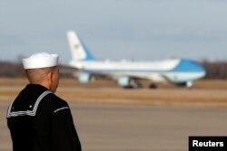 Un marinero del portaaviones USS George H.W. Bush observa el aterrizaje del avión con los restos del expresidente George H.W. Bush a la Base Aérea Andrews, enMaryland, el 3 de diciembre de 2018.
