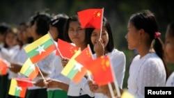 緬甸內比都機場外,緬甸學生手持緬甸和中國國旗,準備迎接中國國家主席習近平(2020年1月17日)。