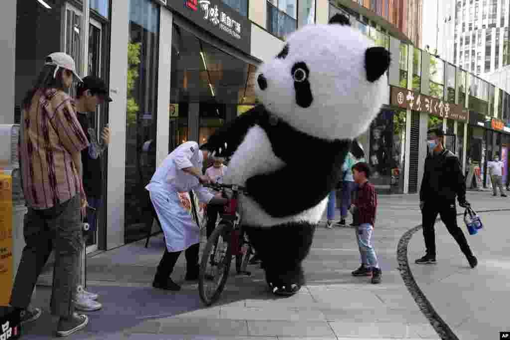 بایسکلسواری با لباس خرس پاندا در شهر بیجینگ