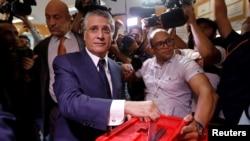 Mgombea Nabil Karoui, mfanyabiashara akipiga kura yake Tunis.