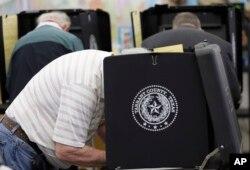 지난 2016년 텍사스주 알링턴의 초등학교에서 대선 투표를 하고 있는 시민들. (자료사진)