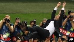 L'entraîneur du Real Madrid Zinedine Zidane est lancé en l'air après la victoire de l'équipe, à Milan, Italie, le 28 mai 2016.