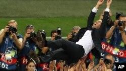 L'entraîneur du Real Madrid Zinedine Zidane jeté en l'air par ses joueurs célébrant la victoire de la finale de Champions League entre le Real Madrid et l'Atletico Madrid au stade San Siro à Milan, Italie, 28 mai 2016.