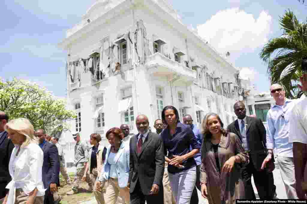La Première dame, Michelle Obama, et Jill Biden en visite au Port-au-Prince, Haitï, le 13 avril 2010. (White House/Samantha Appleton)