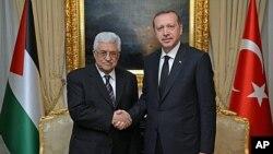 Turkey's Prime Minister Recep Tayyip Erdogan (r) and Palestinian President Mahmoud Abbas in Ankara, Turkey, April 22, 2013.