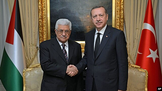 Turkey's Prime Minister Recep Tayyip Erdogan (r) and Palestinian President Mahmoud Abbas in Ankara, Turkey,  April 22, 2013.