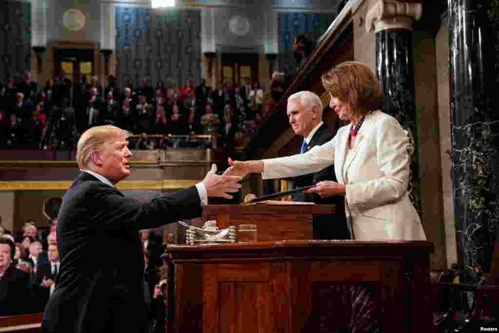 Trump konuşmasına başlamadan önce Başkan Yardımcısı Mike Pence ve Temsilciler Meclisi Başkanı Nancy Pelosi'nin elini sıktı