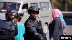 襲擊者星期三晚上在烏魯木齊南站引爆一枚炸彈後﹐警察維持治安。