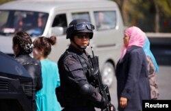 Trung Quốc đã siết chặt những hạn chế đối với sinh hoạt của người Hồi giáo trong vùng, trong đó có việc cấm đội khăn trùm đầu, cấm để râu rậm và cấm chay tịnh trong tháng Chay ramadan.