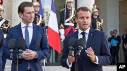 Kanselir Austria Sebastian Kurz (kiri) dan Presiden Perancis Emmanuel Macron dalam pertemuan di Istana Elysee, Paris (foto: dok).