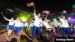 2014 인천 장애인 아시안게임 마지막 날인 지난 24일 인천 문학경기장에서 열린 폐막식에서 북한 선수단이 경기장으로 들어서고 있다.