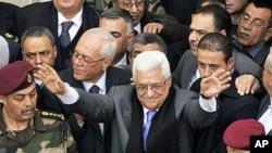 巴勒斯坦权力机构主席阿巴斯(中)1月25日在拉马拉