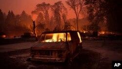 Một chiếc xe bị cháy rụi khi ngọn lửa đi qua thị trấn Paradise ngày 8/11/2018.