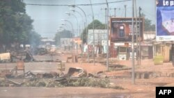 Street barricades are set up by anti-Balaka forces in Bangui's Combatant neighborhood, Central African Republic, Feb. 19, 2014.