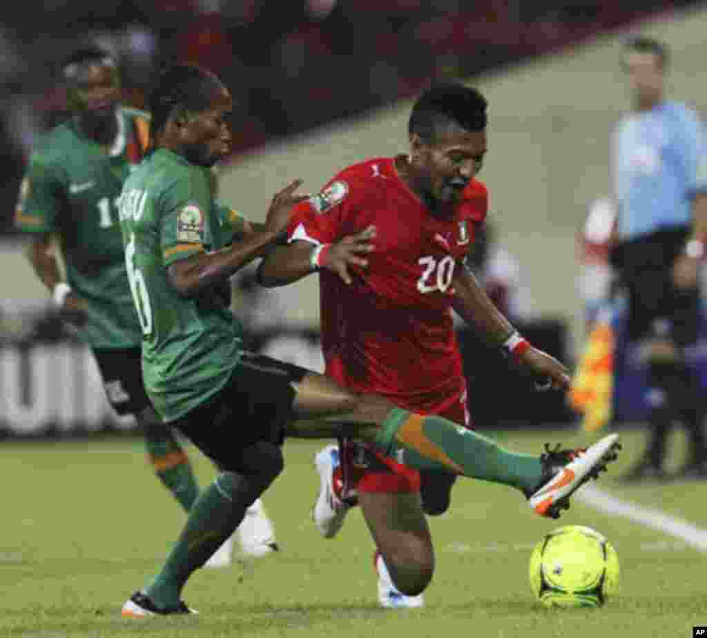 Bladimir Ekoedo (R) of Equatorial Guinea fights for the ball with Davies Nkausu of Zambia during their African Nations Cup soccer match in Malabo January 29, 2012.