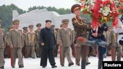 Lãnh tụ Bắc Triều Tiên Kim Jong Un thăm Nghĩa trang các liệt sĩ Quân đội nhân dân Triều Tiên trong lễ tưởng niệm 62 năm kết thúc chiến tranh Triều Tiên 1950-1953.