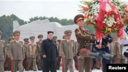 Kim Jong Un dalam sebuah acara di Pyongyang untuk memperingati berakhirnya Perang Korea tahun 1950-1953 (foto: dok). Pemerintah Korea Utara telah menolak perjanjian nuklir seperti yang dilakukan Iran dengan negara-negara kuat dunia.