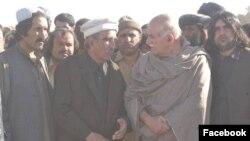 محمد جان سالک د پښتونخوا ملي عوامي ګوند له مشر محمود خان اڅکزي سره.