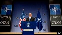 El secretario de Estado de EE.UU., Mike Pompeo, habla con periodistas luego de reunirse con los cancillers de la OTAN en Bruselas. Abril 27 de 2018.