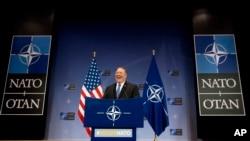 Menteri Luar Negeri AS Mike Pompeo memberikan keterangan kepada media pada akhir pertemuan para menteri luar negeri NATO di markas NATO, Brussels, Jumat, 27 April 2018.