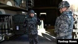 이상훈 해병대 사령관(왼쪽)이 지난 15일 연평부대를 방문해 K9자주포 진지에서 전투준비태세를 점검하고 있다.