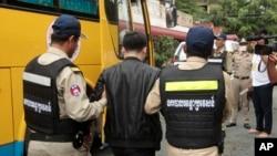 Ảnh tư liệu - Một người đàn ông Trung Quốc bị cảnh sát bắt giữ tại Phnom Penh, Cambodia ngày 26/6/2017.