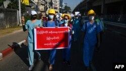 ေဖေဖာ္၀ါရီလ ၁၁ ရက္ေန႔တုန္းက က်န္းမာေရး၀န္ထမ္းမ်ား ဆႏၵျပစဥ္ (Photo by Sai Aung Main / AFP)