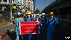 ေဖေဖာ္၀ါရီ ၁၁ ရက္ေန႔က က်န္းမာေရး၀န္ထမ္းမ်ား ခ်ီတက္ဆႏၵျပ (Photo by Sai Aung Main / AFP)