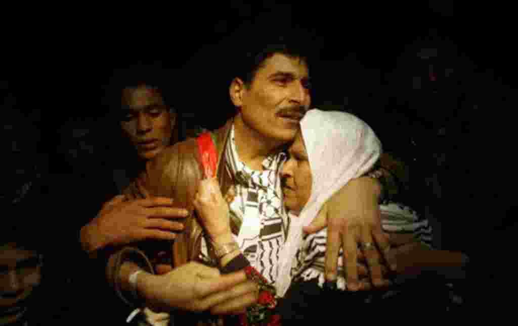 Reencuentro familiar después de la liberación en el cruce fronterizo de Rafah en el sur de la Franja de Gaza.