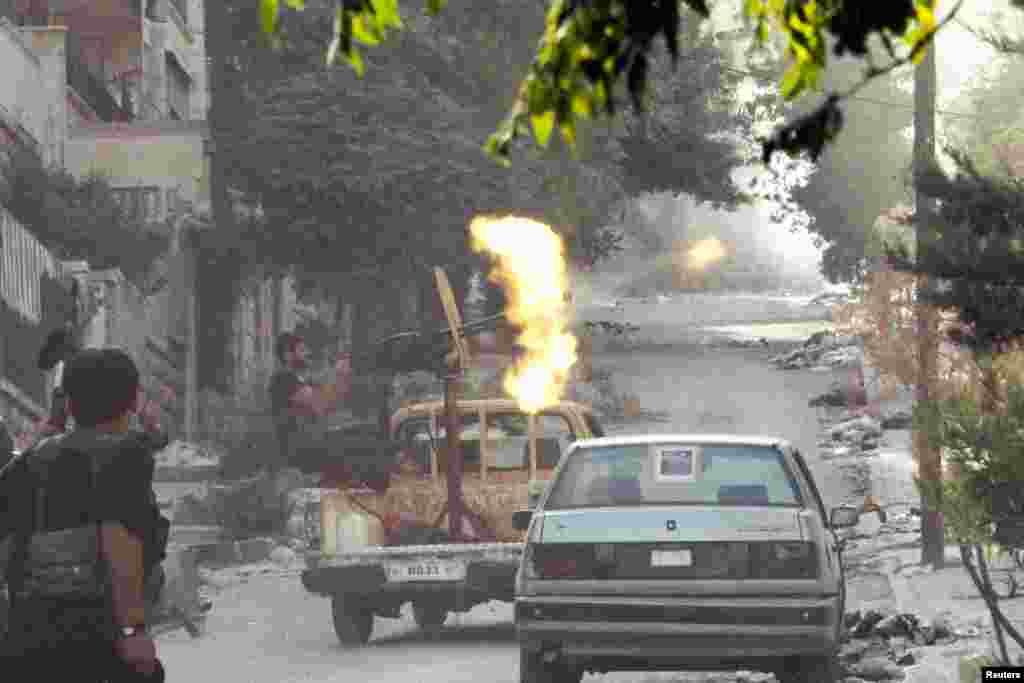 27일 시리아 알레포에서 정부군을 향해 기관총을 발사하는 반군.