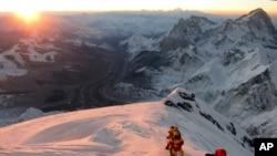 登山者向珠穆朗瑪峰進發(資料照片)