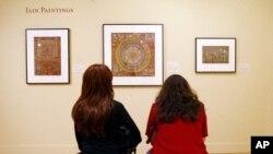 Para pengunjung tengah mengamati pameran lukisan di Norton Simon Museum, Pasadena, California (Foto: dok).