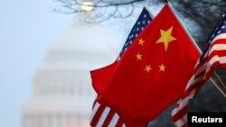 Tư liệu- Quốc kỳ Trung Quốc và quốc kỳ Mỹ bay song song trên Đaị lộ Pennsylvania, thủ đô Washington.