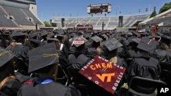 維吉尼亞理工大學畢業生在畢業典禮上傾聽貴賓講話(2012年5月11日)