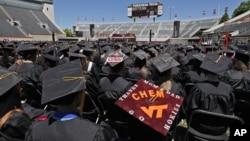 维吉尼亚理工大学毕业生在毕业典礼上倾听贵宾讲话(2012年5月11日)