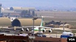 Pesawat kargo Iran terparkir di landasan pacu di Bandara Diyarbakir, Turki, setelah diperintahkan untuk mendarat oleh aparat setempat, Rabu (16/3).
