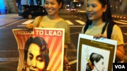 Supporters of Aung San Suu Kyi wait for her to arrive at Bangkok's airport, Thailand, May 29, 2012. (D. Schearf/VOA)